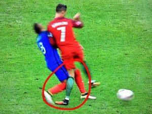 Imagen de Cristiano Ronaldo en el momento de su lesión del ligamento lateral interno de la rodilla en un partido con su selección de Portugal